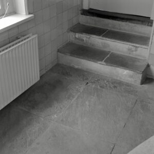 Interieur,_natuurstenen_vloer_met_trap_in_de_kelder_-_Oenkerk_-_20414256_-_RCE